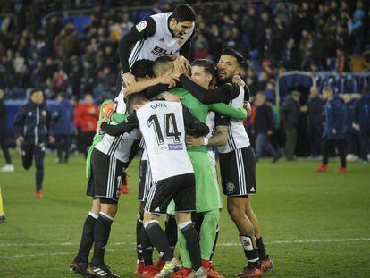 Los jugadores del Valencia felicitan a Domènech
