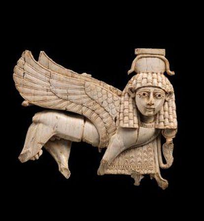 Esfinge neoasiria de marfil expuesta en el Metropolitan de Nueva York dentro de la muestra 'De Asiria a Iberia en los albores de la época clásica'.
