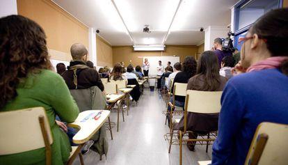 Unos opositores compiten en el instituto Secretari i Coloma por 3990 plazas de profesores