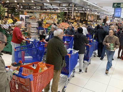 Largas colas en el un supermercado en Majadahonda (Madrid). Foto: Carlos Rosillo