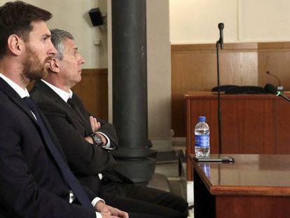 Messi y su padre, en la Audiencia de Barcelona. En vídeo, declaraciones del portavoz de la Junta Directiva del FCB el 20 de junio.