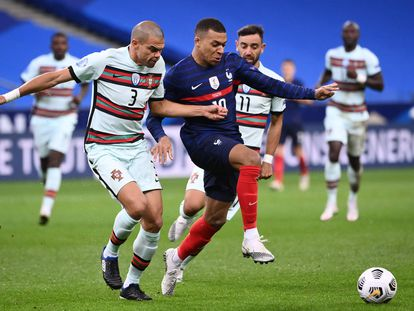 Pepe le cierra el paso a Mbappé.