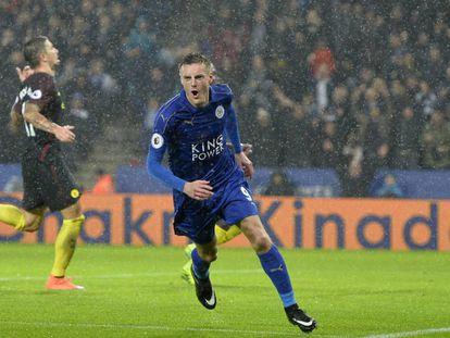 Vardy celebra uno de sus tres goles ante el City.