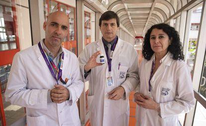 Carlos Kambourian (izq.), presidente del consejo administrativo del Garrahan; Roberto Caraballo, jefe de neurología; y Alejandra Villa,directora médica ejecutiva.