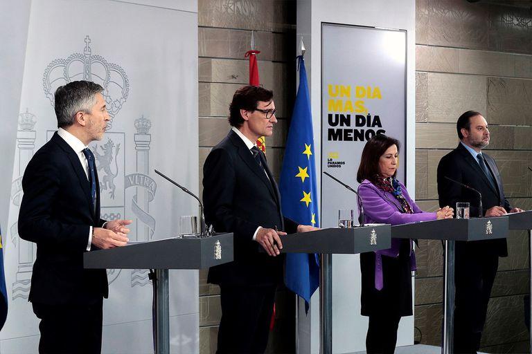 De izquierda a derecha, los ministros Fernando Grande-Marlaska, Salvador Illa, Margarita Robles y José Luis Ábalos, el domingo 19 de abril en Moncloa.