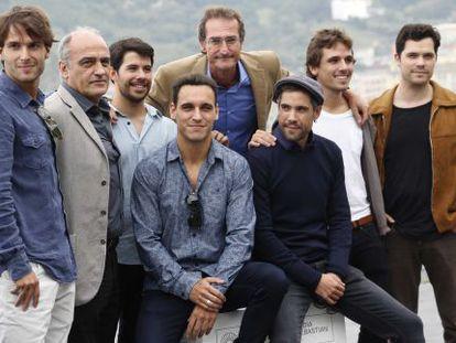 El realizador Pablo Malo, en el centro de la imagen, posa junto a los actores, productor y guionista de 'Lasa y Zabala', en San Sebastián.