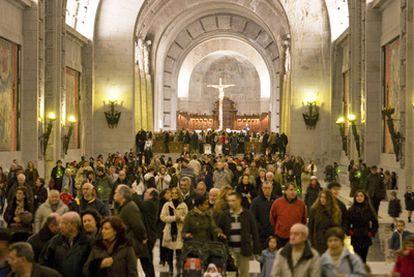 Asistentes a la primera misa tras la reapertura, ayer, de la basílica del Valle de los Caídos.