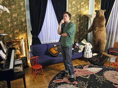 Para no sentirse solo, el cantante canadiense Rufus Wainwright comparte el salón de su casa con un oso 'grizzly' y una cabeza de conejo. Así, el resto de la decoración parece normal.