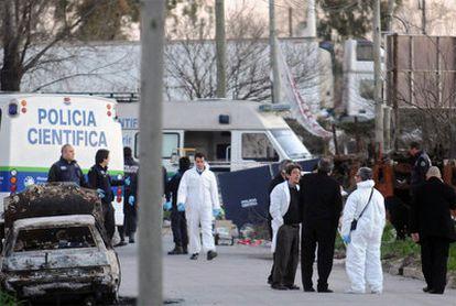 Varios técnicos policiales trabajan en la zona donde fue hallado el cuerpo sin vida de la pequeña Candela Rodríguez, de 11 años, cuya muerte ha conmocionado Argentina.