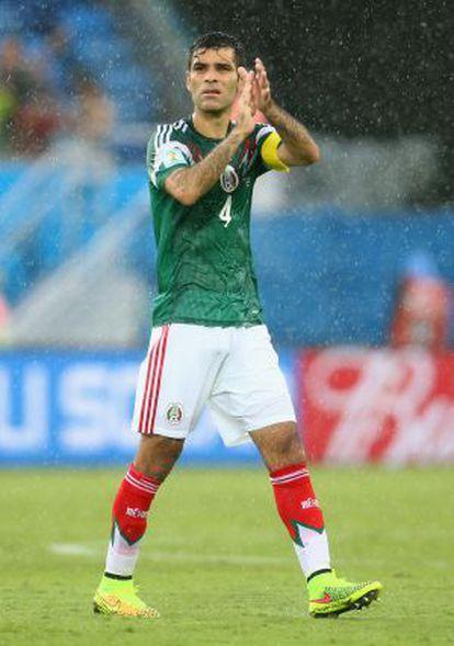 Rafael Marquez saluda al público tras el partido contra Camerún.