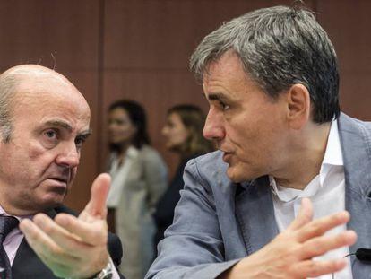 Luis de Guindos, ministro de Economía, y su homólogo griego, Euclides Tsakalotos, el lunes en Bruselas.