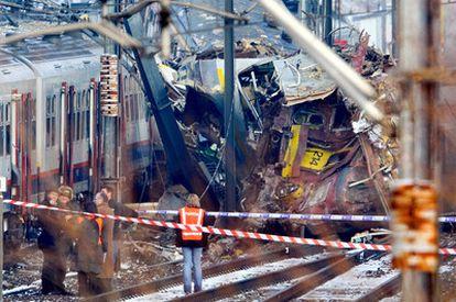 Al menos 18 personas -15 hombres y tres mujeres- han muerto en un accidente ferroviario que se ha registrado en las cercanías de Bruselas, aunque se teme que el número de fallecidos ascienda, ya que hay 125 heridos y varias decenas de ellos están graves. El accidente ha ocurrido hacia las 8.30 hora peninsular española, cuando un tren en movimiento ha colisionado por causas desconocidas con otro convoy que se había detenido entre las localidades de Halle y Buizingen, dos localidades flamencas al suroeste de Bruselas.
