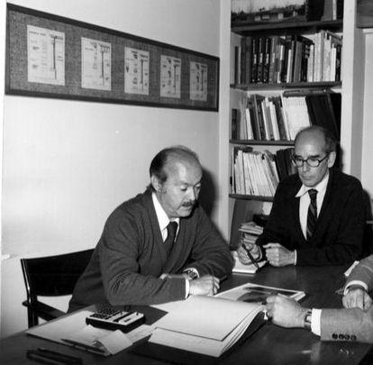 Los arquitectos Genaro Alas y Pedro Casariego en su estudio en 1980.