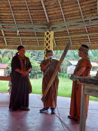 La Federación Nativa de Comunidades Kakataibos (FENACOKA) se organiza para defensa de sus tierras. Algunos de sus líderes, en la comunidad de Yamino.