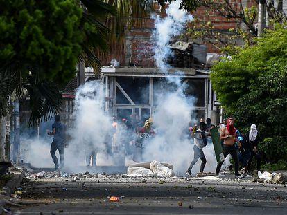 Manifestantes se enfrentan con la policía antidisturbios en Cali, el pasado 4 de junio.