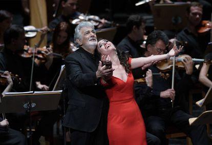 Plácido Domingo y Ermonela Jaho en un momento del segundo acto de la ópera 'Thaïs' de Massenet, en una imagen tomada en julio de 2018.