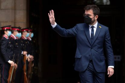 El nuevo presidente de la Generalitat, Pere Aragonès, saluda tras ser elegido por mayoría absoluta en la segunda jornada del debate de investidura, este viernes, en Barcelona.