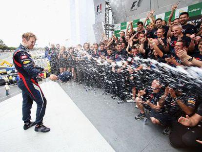 Vettel celebra el título con los miembros de Red Bull.