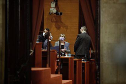 La consejera de Salud, Alba Vergés, y el de Interior, Miquel Sàmper, a la derecha, conversan con el vicepresidente de la Generalitat Pere Aragonès, de espaldas.