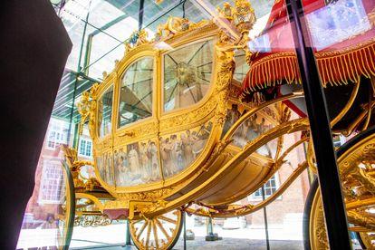 La Carroza Dorada regalo de Ámsterda a la reina Guillermina en 1898 se exhibe en la ciudad entre junio de 2021 y febrero de 2022.