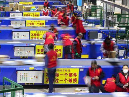 Trabajadores de Alibaba preparan los paquetes para el Día del Soltero.