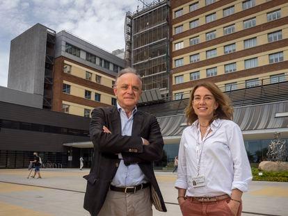 El gerente del hospital Sant Joan de Déu, Manel del Castillo y la jefa de Salud Mental, Montse Dolz, en Barcelona.