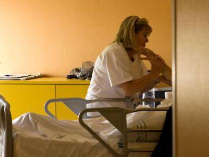 Una enfermera de la Unidad de Paliativos del Hospital Virgen Macarena de Sevilla en 2009.