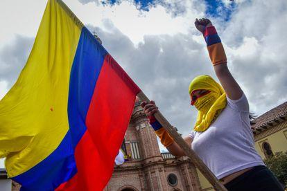 Una manifestante con la bandera de colombia durante el paro nacional indefinido contra el presidente Iván Duque.
