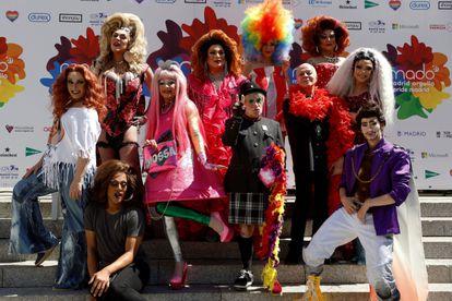 Foto de familia durante el pregón del Orgullo 2021 en la plaza de Pedro Zerolo en Madrid.
