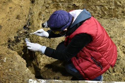 Excavaciones en la cueva de Bacho Kiro, Bulgaria.