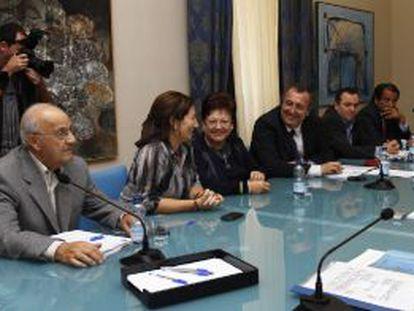 La consejera valenciana de Agricultura, Maritina Hernández, y la presidenta de la Diputación de Alicante, Luisa Pastor (segunda y tercera por la izquierda, respectivamente), con representantes de los regantes.