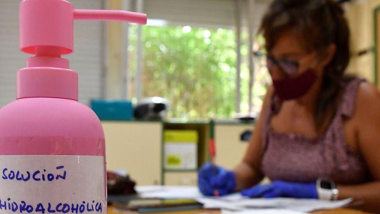Una profesora de secundaria del I.E.S. Maestro Padilla, de Almería, corrige los exámenes de recuperación de septiembre.