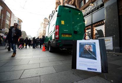 Un cartel advierte de que el furgón de al lado opera cámaras de reconocimiento facial en Leicester Square, Londres.