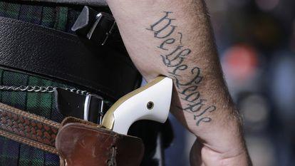 Un hombre porta un arma afuera del Capitolio de Austin, Texas, en 2015.