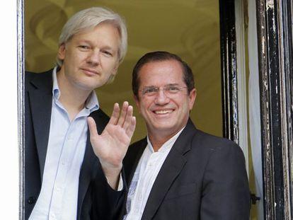 Assange y el ministro de Exteriores ecuatoriano, el 16 de junio en la Embajada de ese país en Londres.