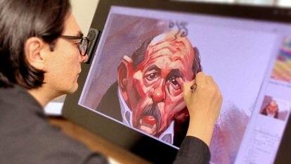 El caricaturista nicaragüense Pedro X. Molina, durante su proceso de trabajo.