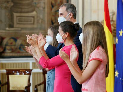 Los Reyes y las infantas Leonor y Sofía aplauden a los galardonados con la Orden del Mérito Civil durante el acto celebrado en el Palacio Real.