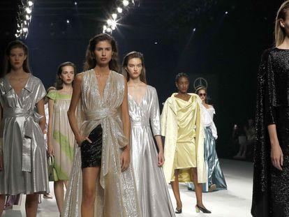 Varias modelos lucen algunas de las creaciones de la firma Ángel Schlesser, en la 72ª Mercedes-Benz Fashion Week Madrid, celebrada en septiembre de 2020.