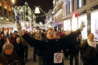 Un manifestante camina por una calle de Oslo contra la concesión del premio Nobel de la Paz a la UE.