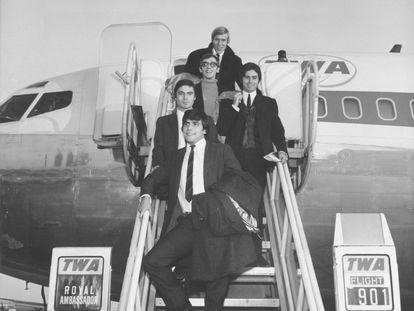 La historia de Los Bravos, como las buenas historias, nace de una casualidad: en 1965 dos grupos (los madrileños Los Sonor y la banda de un mallorquín de origen alemán llamada Mike & The Runways) coincidieron en una discoteca de Madrid y deciden fundirse en uno. Las radios apoyaron desde el principio a este grupo que parecía la respuesta española a los Beatles. Con ayuda del ejecutivo discográfico Augusto Algueró grabaron composiciones en inglés para abrirse al mercado internacional, algo impensable para un grupo español por aquel entonces. Con 'Black is black', una canción que inicialmente no había entusiasmado al grupo, el plan funcionó. Llegaron al número uno en España, al dos en Inglaterra y al cuatro en Estados Unidos. Un hito absoluto en la España de Franco. Mientras en esos países quedaron para la posteridad como 'one hit wonders' (como se conoce en el mundillo a artistas que gozan de un solo éxito y después desaparecen), en España siguieron cosechando éxitos como 'Los chicos con las chicas'. Hoy, décadas después, y con una formación diferente, siguen tocando sus éxitos.