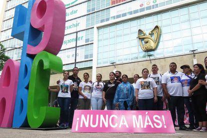 Un grupo de activistas instala un monumento a la víctimas de la Guardaría ABC en Paseo de la Reforma.