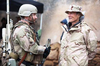 Bradley Cooper y Clint Eastwood, en el rodaje de 'El francotirador'.