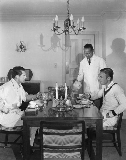 Cary Grant y Randolph Scott cenan en el salón de su casa de Santa Mónica.