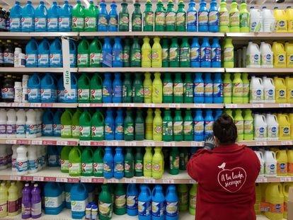 Estantes de una gran superficie comercial repletos de Lejía y productos de limpieza