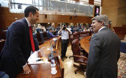Ángel Garrido conversa con Ignacio Aguado en el pleno de investidura.