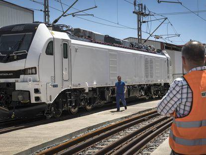 La locomotora Eurodual, fabricada en la planta de Stadler en Albuixech (Valencia).