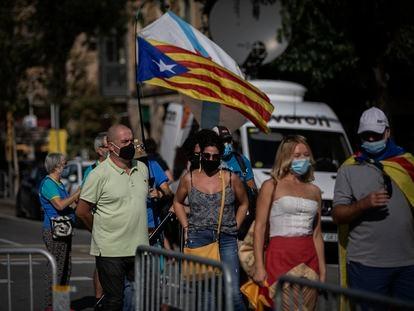 Varios ciudadanos con banderas independentistas en la Diada de 2020.