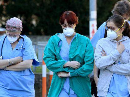 Varios sanitarios con mascarilla, cerca de la entrada del hospital de Padua (Italia).
