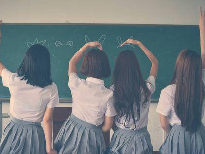 Cuatro niñas juegan en clase.