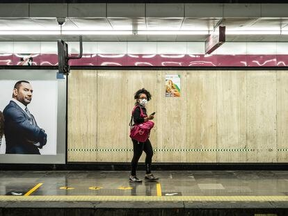 Una mujer usa una mascarilla en una estación del Metro de Ciudad de México.